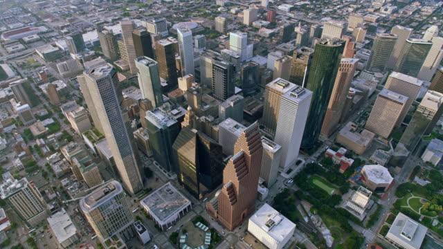 vidéos et rushes de aerial highrise buildings in downtown houston, tx - affaires internationales