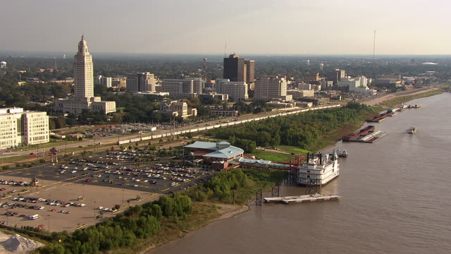 high-rise buildings line the riverbank in baton rouge, louisiana. - baton rouge stock-videos und b-roll-filmmaterial