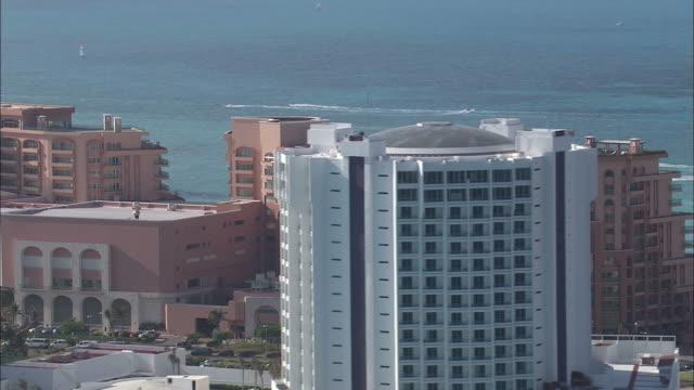 vídeos y material grabado en eventos de stock de high-rise hotels in cancun overlook the ocean. - quintana roo
