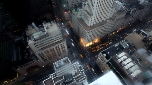t/l ws ha focusing high-rise office buildings and busy streets in midtown, day to night, new york city, new york, usa - herauszoomen stock-videos und b-roll-filmmaterial