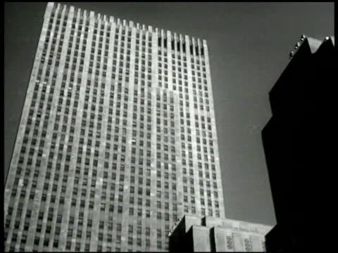 vídeos de stock e filmes b-roll de highrise skyscraper office building in manhattan. different angle on same highrise. xha eastside & roosevelt island in east river chrysler building . - prédio chrysler