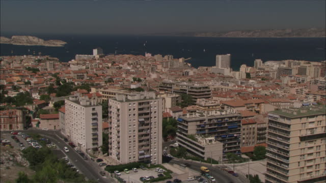 vidéos et rushes de high-rises and other buildings border the mediterranean sea in marseille, france. - marseille