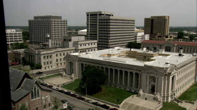 vídeos de stock e filmes b-roll de high-rises surround a government building in memphis. available in hd. - tennessee