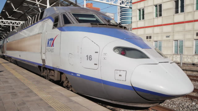 ws ktx high-speed train leaving seoul station / seoul, south korea - treno ad alta velocità video stock e b–roll