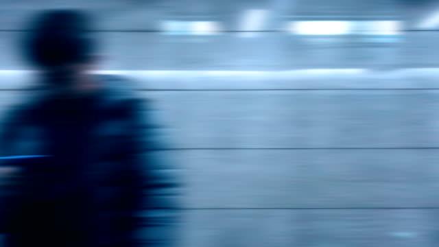 hochgeschwindigkeitszug unterwegs - passenger train stock-videos und b-roll-filmmaterial