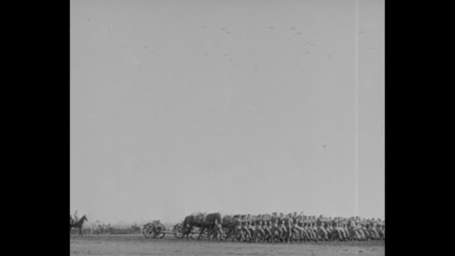 vídeos de stock, filmes e b-roll de highstepping japanese soldiers marching past / man with round glasses and white cloth on his head / officers standing in front of tent and scores of... - planador