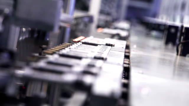 stockvideo's en b-roll-footage met high-tech production line - kwaliteitscontroleur