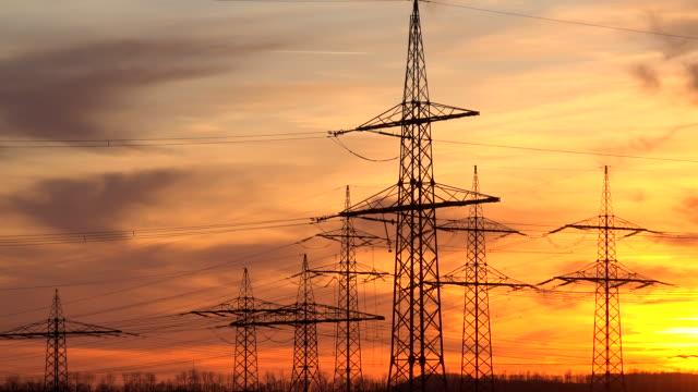 high-voltage overhead lines at sunset - einige gegenstände mittelgroße ansammlung stock-videos und b-roll-filmmaterial