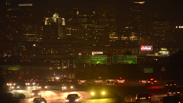 vidéos et rushes de u.s. highway 101 shot from vermont street exit at rush hour with a panoramic view of financial district of san francisco, california - rush hour