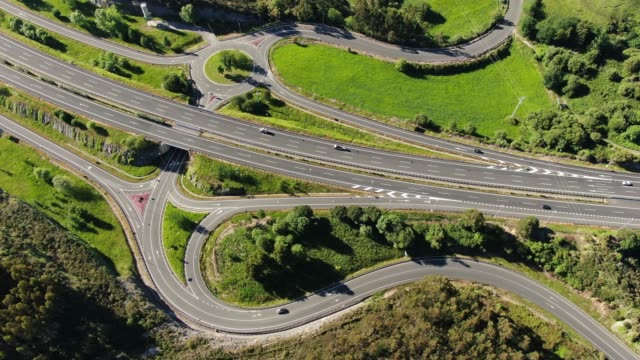 vídeos de stock e filmes b-roll de highway and roads from above - encruzilhada
