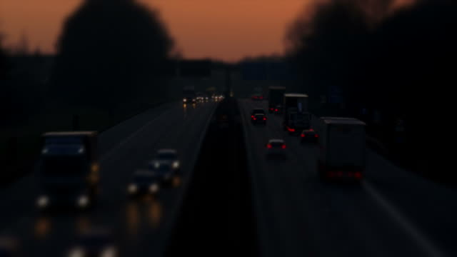 hd highway at sunset (tilt shift effect) - geschwindigkeit stock videos & royalty-free footage