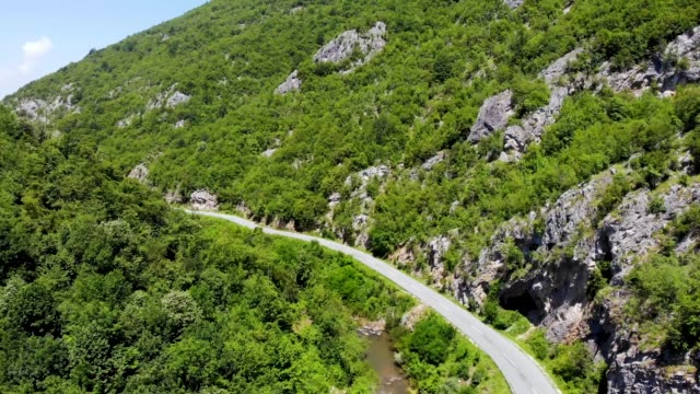 stockvideo's en b-roll-footage met snelweg tussen de rotsen - luchtfoto van de weg door de canyon - fascinerende plek om te reizen - zandsteen
