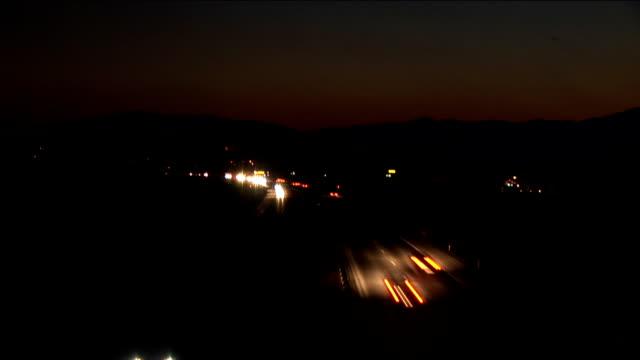 vídeos y material grabado en eventos de stock de hd: la carretera de noche-lapso de tiempo (700% ) _atardecer - faro luz de vehículo