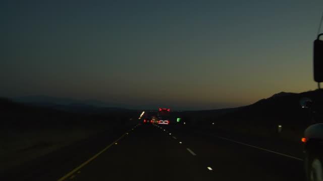 vídeos de stock, filmes e b-roll de highway por noite - estrada principal estrada
