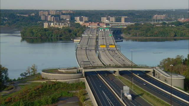 vidéos et rushes de aerial highway crossing potomac river, alexandria, virginia, usa - alexandria virginie