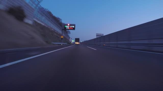 vídeos y material grabado en eventos de stock de en coche autopista al amanecer - luz trasera