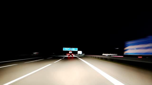stockvideo's en b-roll-footage met highway drive at night - tweebaansweg