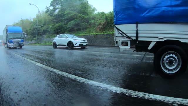 vídeos de stock, filmes e b-roll de estrada que conduz no dia chuvoso - perigo