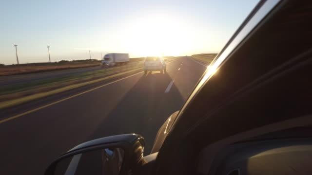vídeos y material grabado en eventos de stock de highway driving passing wind turbine at sunset - retrovisor exterior
