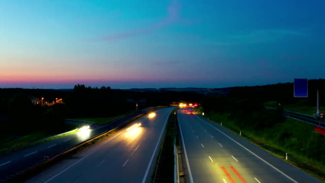 autobahn in der nacht in der zeitrafferzeit - lichtspur stock-videos und b-roll-filmmaterial