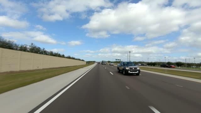 vídeos de stock, filmes e b-roll de rodovia florida xiii série sincronizada placa de processo de condução de visão traseira - dia