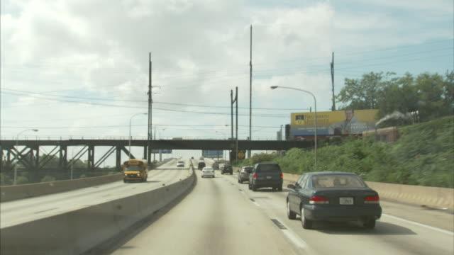 vídeos y material grabado en eventos de stock de highway, freeway, expressway, street exit signs, overpass, billboard, reflections in windshield. - señal de salida señal de dirección