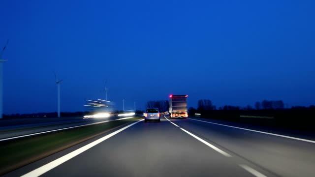 Highway Highspeed-Fahrt in der Dämmerung