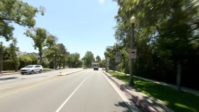 vídeos de stock e filmes b-roll de la highway i synced series front view driving process plate - placa de processo em movimento