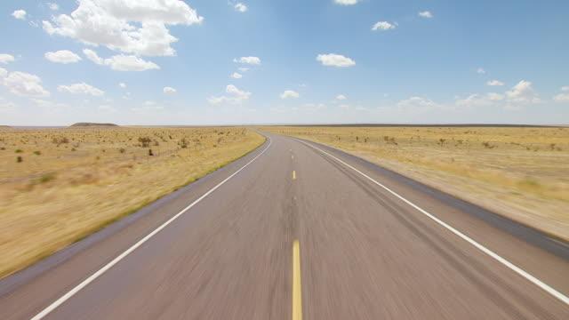 vídeos y material grabado en eventos de stock de ms aerial la highway in big bend country in chihuahuan desert / texas, united states - camino