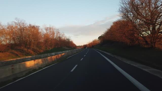 vídeos y material grabado en eventos de stock de carretera pov en el centro de italia cerca de siena - trigo