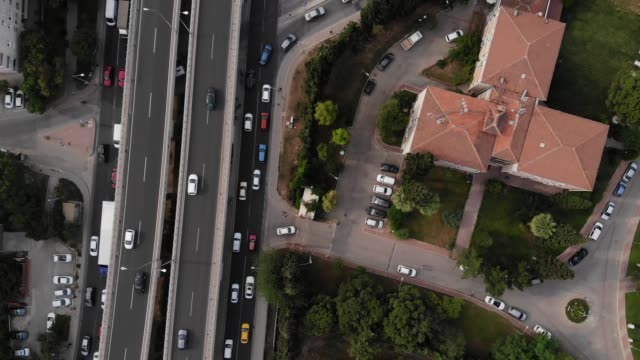 autobahn in der stadt - limousine familienfahrzeug stock-videos und b-roll-filmmaterial