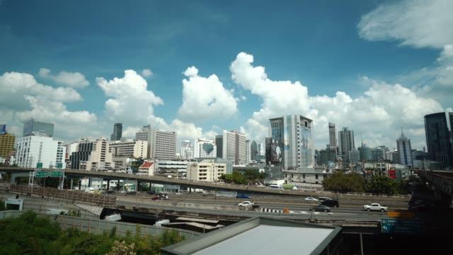 vídeos de stock, filmes e b-roll de intercâmbio de rodovia com tráfego nas ruas da cidade de bangkok - tempo real