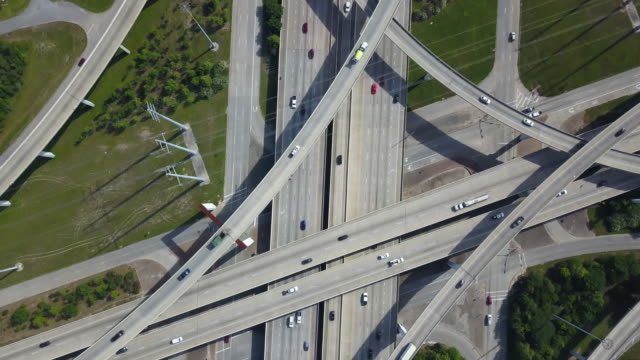 vidéos et rushes de highway intersection in houston, aerial top down - major road