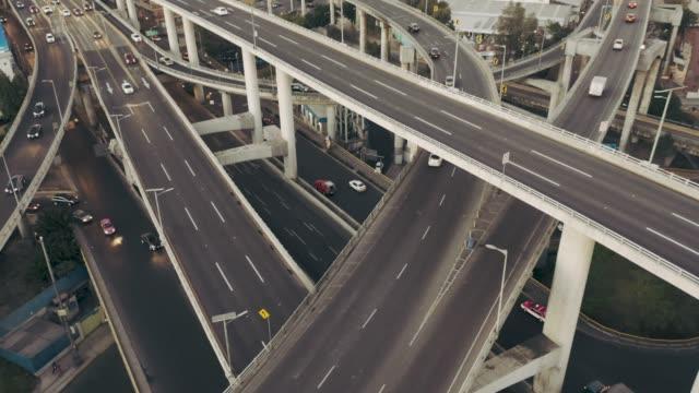 autobahn ausfahrt luftbild - straßenkreuzung stock-videos und b-roll-filmmaterial