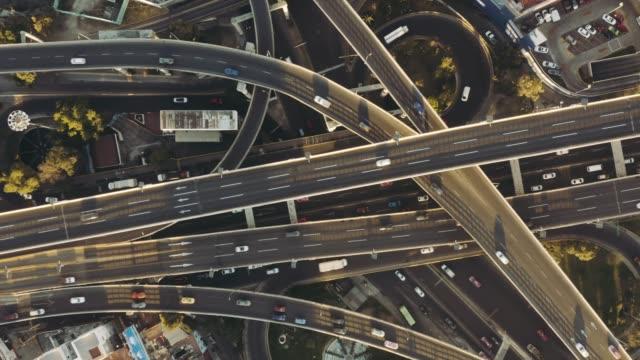 vidéos et rushes de vue aérienne de jonction autoroute - échangeur