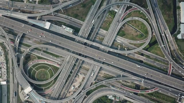 vídeos de stock e filmes b-roll de highway junction aerial view - rotunda entroncamento