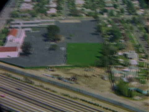 vídeos de stock e filmes b-roll de aerial highway, neighborhood, and buildings in urban sprawl / los angeles, california, united states - expansão urbana
