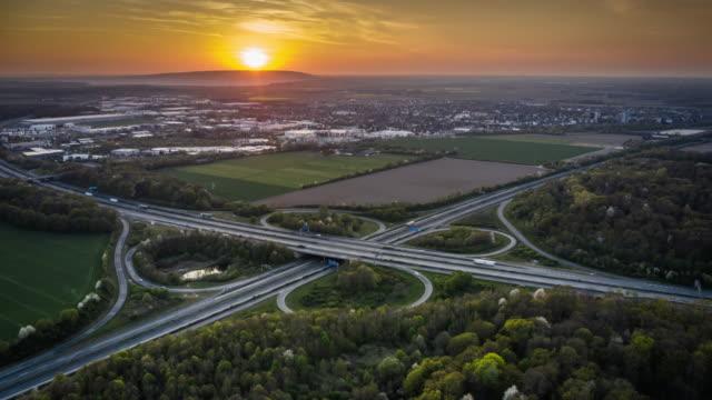 autobahnüberführung , autobahnkreuz - luft-hyperlapse - motorisierte zeitrafferaufnahmen stock-videos und b-roll-filmmaterial