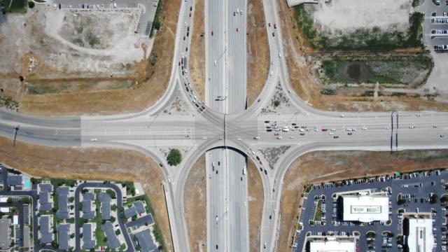 autobahnüberführung - straßenkreuzung stock-videos und b-roll-filmmaterial