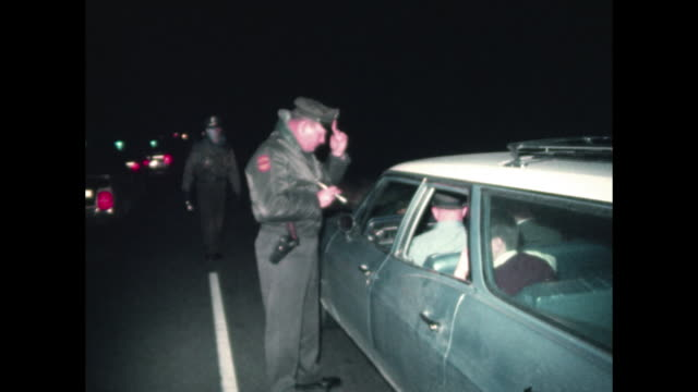 stockvideo's en b-roll-footage met highway patrol officers checking for drunk drivers in checkpoint stop - dronken achter het stuur