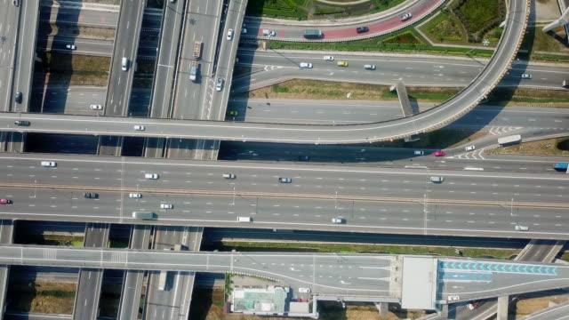 vídeos de stock, filmes e b-roll de opinião aérea da estrada da rodovia - viaduto entroncamento