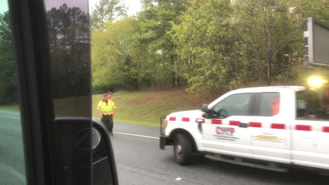 stockvideo's en b-roll-footage met highway road closed and arrow sign - bord weg afgesloten