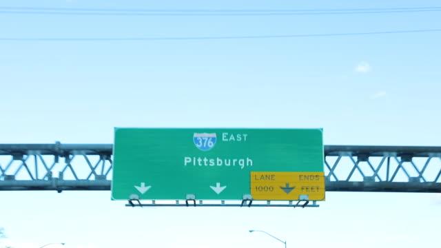 vídeos y material grabado en eventos de stock de señal de carretera a pittsburgh pennsylvania - señal de salida señal de dirección