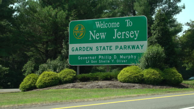 vídeos de stock e filmes b-roll de welcome to new jersey - highway sign - nova jersey
