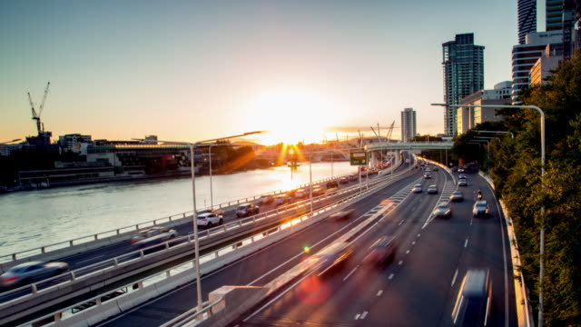 vídeos de stock e filmes b-roll de highway sunset traffic by a river 4k time lapse - traffic jam