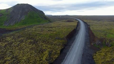vidéos et rushes de autoroute dans le paysage de l'islande - route déserte