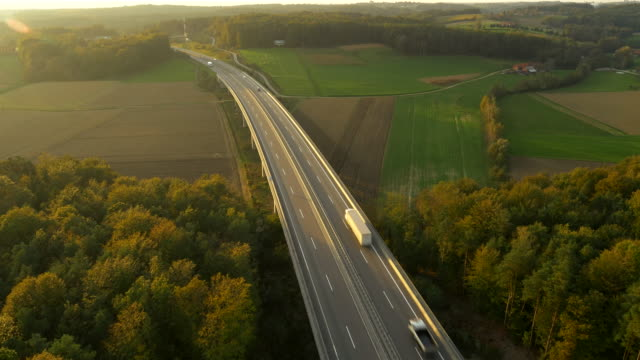 luftaufnahme der highway durch die landschaft - zweispurige strecke stock-videos und b-roll-filmmaterial