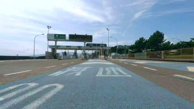 vídeos de stock e filmes b-roll de portão estrada número 4 k-cruzamento - cabina de portagem