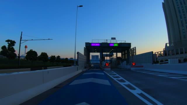 vídeos de stock e filmes b-roll de highway toll gate passing at dusk - cabina de portagem