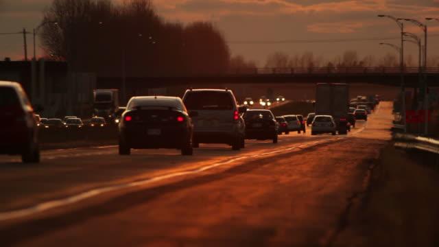 Autobahn-Verkehr bei Sonnenuntergang.